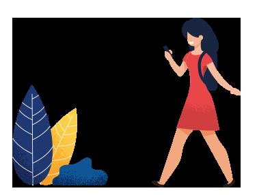 Femme qui marche en regardant son téléphone